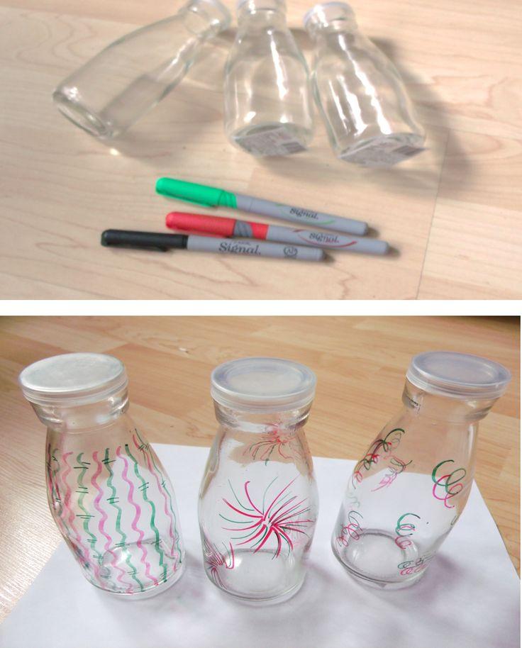 Decora tus botellas de vidrio para sorprender a tus invitados.
