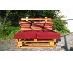 Realizzato con legno da pallet questo divano 2 posti può essere utilizzato anche come coffee table togliendo la spalliera semplicemente applicata ad incastro, dimensioni 80x120 h 36. Pubblica anche tu le tue creazioni su www.ricicloshop.com
