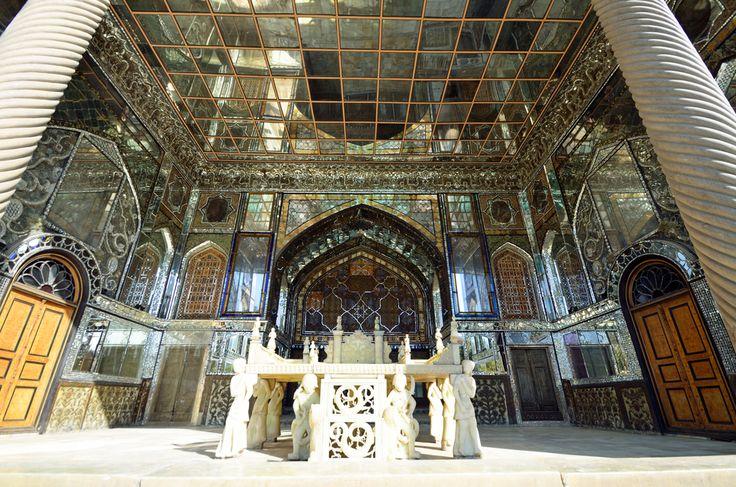 Şimdilerde bir müze olarak kullanılan Tahran'daki Gülistan Sarayı yemyeşil bir bahçede 7 binadan oluşuyor. Tah-ı Mermer binası ise ismini mermer taşından yapılan tahttan alıyor.