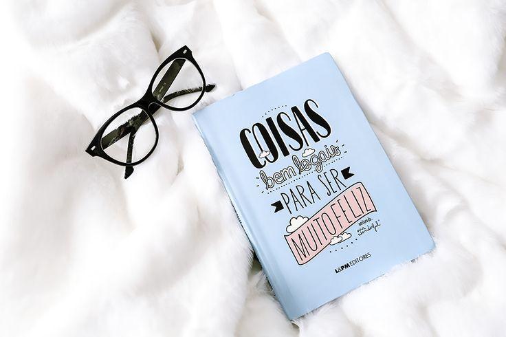 Sei que não se deve julgar um livro pela capa, mas só de olhar a capa desse livro já fiquei encantada por ele. Esse tom de azul, os desenhos denuvens e otítulo escrito com letras bonitinhas só despertaram ainda mais a minha curiosidade para saber o que iria encontrar dentro dele. O título...