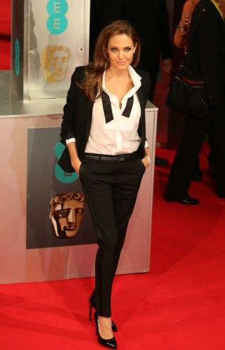 Το έτερον ήμισυ του Brad Pitt έκανε την διαφορά επιλέγοντας να εμφανιστεί στα βραβεία με ανδρόγυνο look, ένα custom-made tuxedo από τον Saint Laurent και μαύρες γόβες από τον ίδιο οίκο. #bafta