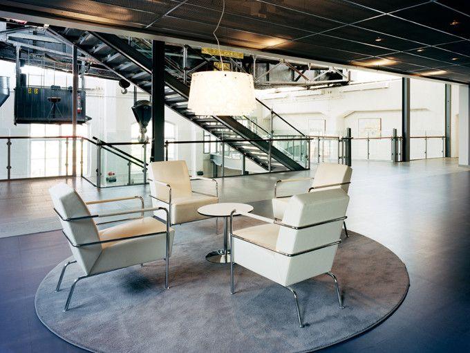 Stockholm Modecenter i Järla Sjö. Inne i lokalerna ligger Weber Designgolv. Golven ytbehandlades med en matt, genomskinlig ytbehandling för en grov och rustik känsla.