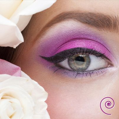 Oggi un consiglio per le ragazze dagli occhi verdi! Con questa tonalità di occhi si hanno molte possibilità di abbinamento, i migliori sono: - viola, prugna, grigi e neri tra i colori freddi - giallo e oro, aranciati, marroni tra i colori caldi - #color #eyes #pink #violet #black #beauty - www.e-beautyshop.eu