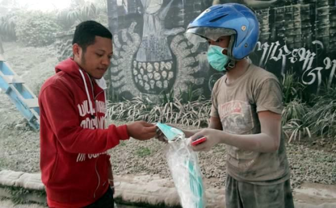 Gunakan Masker Khusus untuk Mencegah Efek Buruk Debu Vulkanik - http://www.gaptekupdate.com/2014/02/gunakan-masker-khusus-untuk-mencegah-efek-buruk-debu-vulkanik/