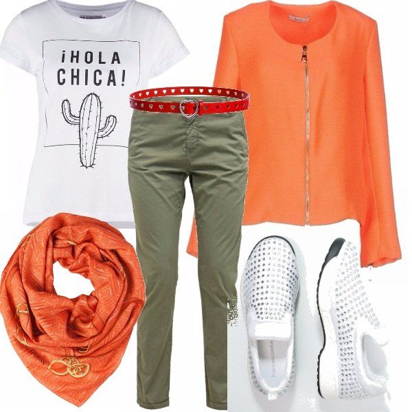 Capi basici e semplici per questo outfit da giorno in cui osiamo con il colore. Il caldo dellarancio, il colore della nuova stagione! Sneakers super stilose tempestate di strass, così, tanto per non cadere troppo nella semplicità!