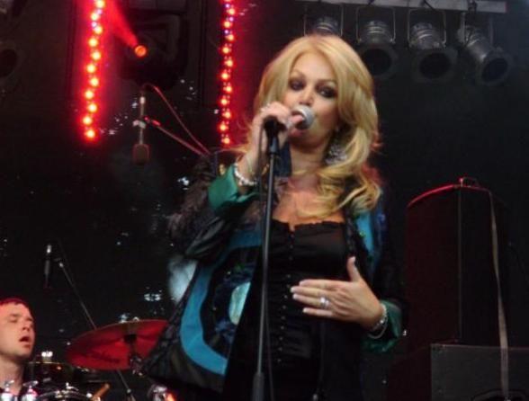 #BonnieTyler #permormance #live #rock #music #2010 #Kamenz    source: www.the-queen-bonnie-tyler.com/