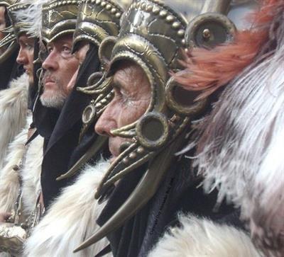 Nu waren Spaanse feesten al luid en excentriek, maar de Alicantinenzen kunnen er wat van met hun vreugdevuren en kleurrijke optochten. http://www.vakantiehuizenspanje.nl/Alicante-provincie/artikels/feest-in-alicante-10-topfestivals