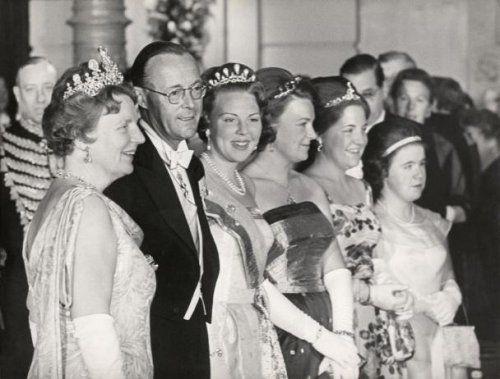Nederlands Koningshuis, Zilveren bruiloften: De koninklijke familie in het Concertgebouw in Amsterdam, ter gelegenheid van het 25-jarig huwelijksfeest van koningin Juliana en prins Bernhard. Nederland, mei 1962.