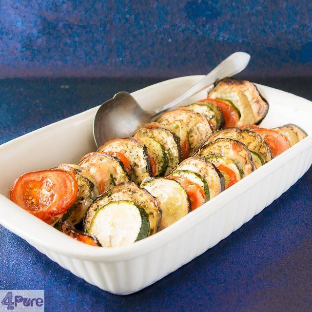 Geroosterde groenten ovenschotel, heerlijk op smaak gebracht met Italiaanse kruiden, olie en oude kaas. Lekker bakken in de oven.