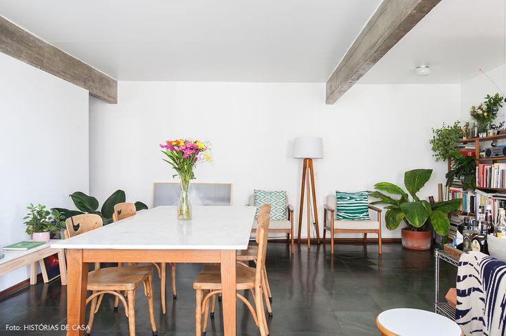 Vista da sala de jantar: piso de ardósia, mesa de madeira com tampo de mármore e cadeiras Thonet.