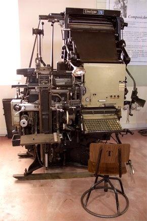 """""""A line of type"""" terá exclamado  Whitelaw Reid, editor do jornal """"New York Tribune"""", quando vê uma linha de texto pronta: """"Ottmar, you've cast a line of type!"""".    É Ottmar Mergenthaler, relojoeiro alemão emigrado nos EUA, o inventor da máquina Linotype."""