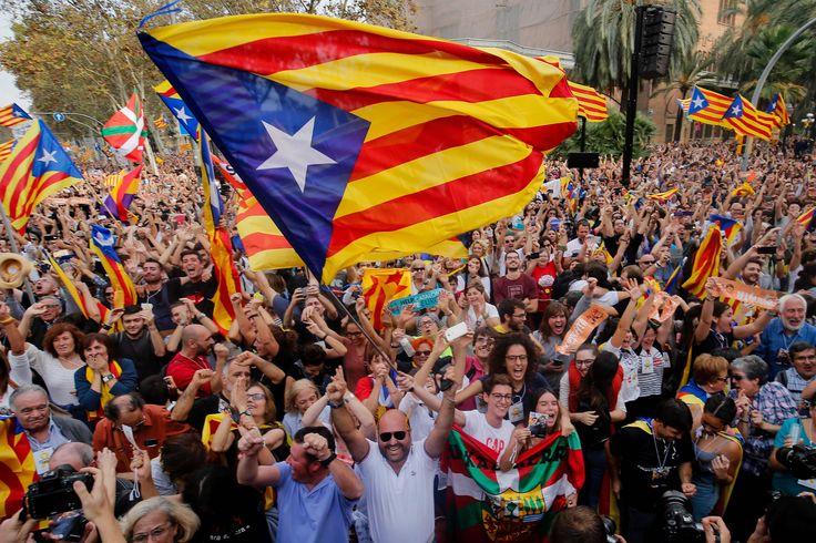 """] BARCELONA, Esp. * Viernes 27 de octubre de 2017. AFP El parlamento de Cataluña aprobó este viernes una resolución declarando la independencia de esta región del noreste de España, mientras el Senado español autorizó al gobierno de Rajoy intervenir Cataluña. """"Declaramos que Cataluña se con..."""