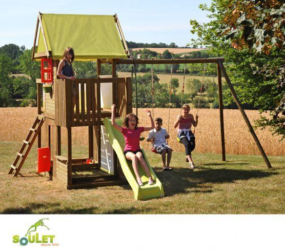 Aire de jeux bois Soulet P'TIT CHATENAY composée de deux balançoires, un vis-à-vis, un toboggan, une tour avec portillon, fenêtre, bac à sable et marchande.