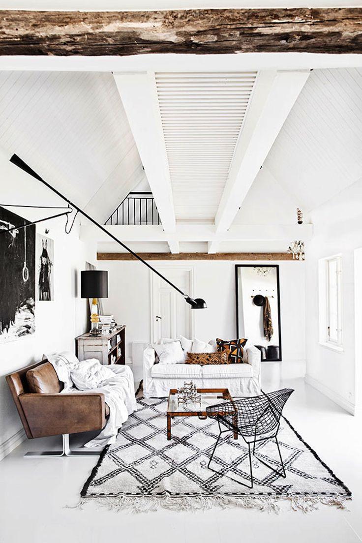 Salon contemporain au mobilier mix entre ancien et moderne