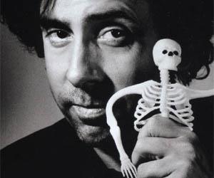"""""""Timothy William Burton, meglio noto come Tim Burton (Burbank, 25 agosto 1958), è un regista, sceneggiatore, produttore cinematografico, animatore e disegnatore statunitense, noto per essere tra i registi di riferimento di un particolarissimo cinema dalle ambientazioni gotiche, fiabesche, poetiche e fortemente malinconiche, incentrato molto spesso su temi quali l'emarginazione e la solitudine e caratterizzato da una forte bizzarria creativa."""" [Wikipedia cit.]"""