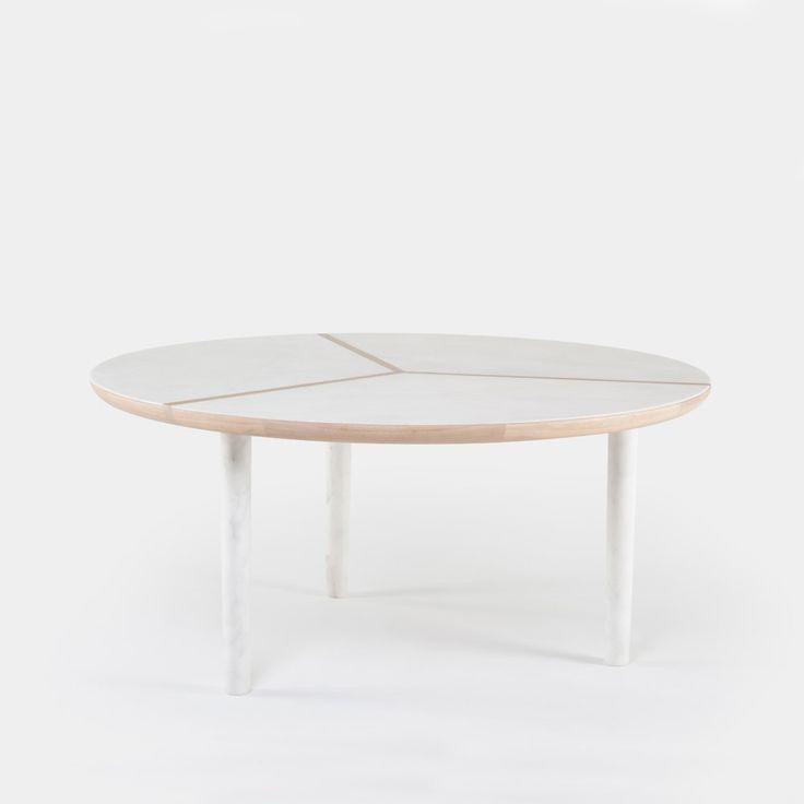 """Marlon Round table is ontworpen door Luca Nichetto. Ik vind deze tafel mooi door het patroon in het hout en de combinatie van wit en de lichte kleur van het hout. Kan van verschillende houten worden gemaakt, oa. walpoothout. Dia 63"""" x H 29.1"""" Prijs vanaf: 7340,-"""