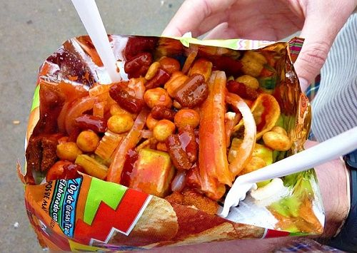 Tostilocos o DORILOCOS.  Necesitas una zanahoria, un poco de jicama rayada, pepino al gusto en cuadritos, media bolsa de cacahuates japoneses, limón al gusto, salsa picante, sal, chamoy líquido y miguelito en polvo. Agrega todos los ingredientes a tus Doritos. Revuelve y disfruta.