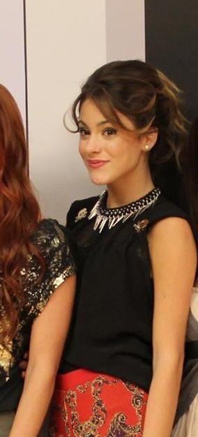 Violetta es : bondadosa, amable, linda, cariñosa pero sobre todo es una chica muy hermosa.☺️