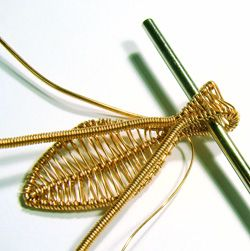 how to weave a leaf wire pendant. Very good pictures but translate.  #Wire #Jewelry #Tutorials
