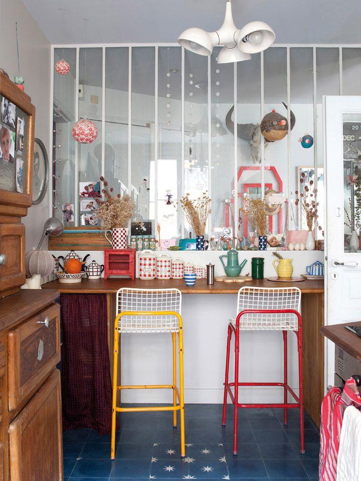 Une cuisine à la décoration éclectique pour cet appartement parisien. La cloison permet de voir que ce style se poursuit ailleurs. Source : micasarevista.com