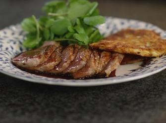 Recepten - Eendenborst met honingsaus en aardappelpannenkoekjes
