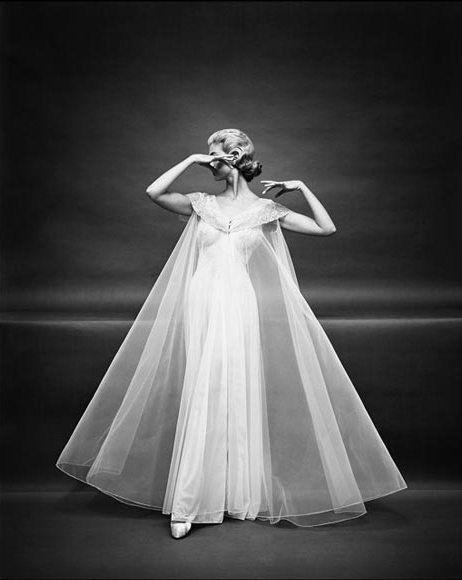 Fotograaf Mark Shaw heeft vele prijzen gewonnen, en schoot al in 1953 voor Vanity Fair. Deze foto's zijn het resultaat. Stijl en schoonheid zijn tijdloos.