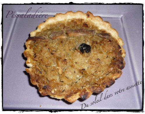 Pissaladière spécialité culinaire de la région niçoise. Parfois considérée comme une variante de la pizza, la pissaladière est certes confectionnée avec de la pâte à pain mais ne comporte traditionnellement pas de tomate