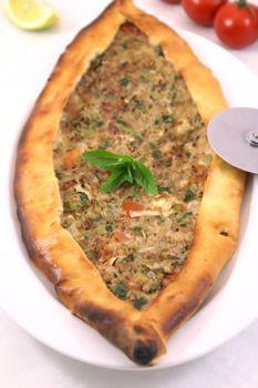 Pide med hakket kød (kiymali pide)