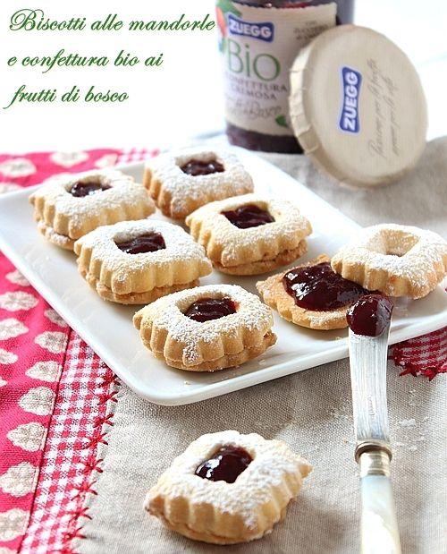 Blog Saltando in padella - Biscottini di frolla alle mandorle e confettura #BIO di #Frutti di bosco #Zuegg