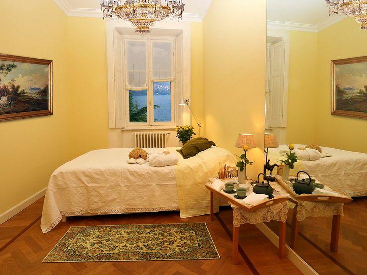 Camera da letto gialla con vista lago