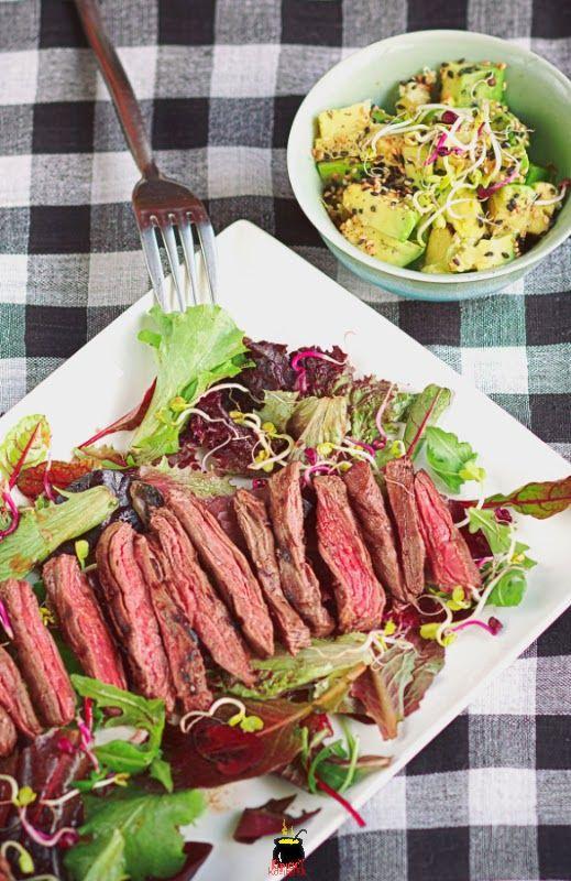 Sałatka z marynowaną wołowiną i salsą z awokado.