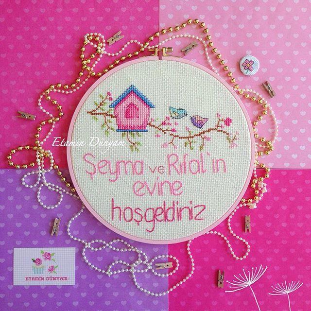 Mutlu akşamlar Şeyma ve Rıfat çiftinin kapı süsü hediyeleri anneleri Nigar hanımdan Sevgiyle kullanılması dileklerimizle #etamin#kanaviçe#kapısüsü