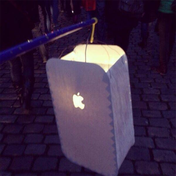 Moderne Laterne: iPhone-Laterne basteln für den Sankt Martins Umzug
