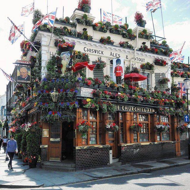 Questo è il Churchill Arms, uno dei pub più famosi a Londra, fotografato da @amazingmylife. Il suo aspetto cambia di stagione in stagione! 🌸🌻🍁❄️Chi ci è stato?