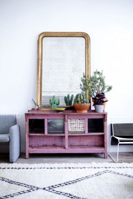 Un salon bohème avec un grand miroir