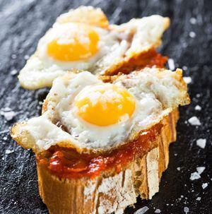 Montaditos de jamón y huevos de codorniz ¡Qué fáciles!     #MontaditosDeJamonYHuevosDeCodorniz #Tapas #TapasEspañolas #Aperitivos #Montaditos #CocinaEspañola