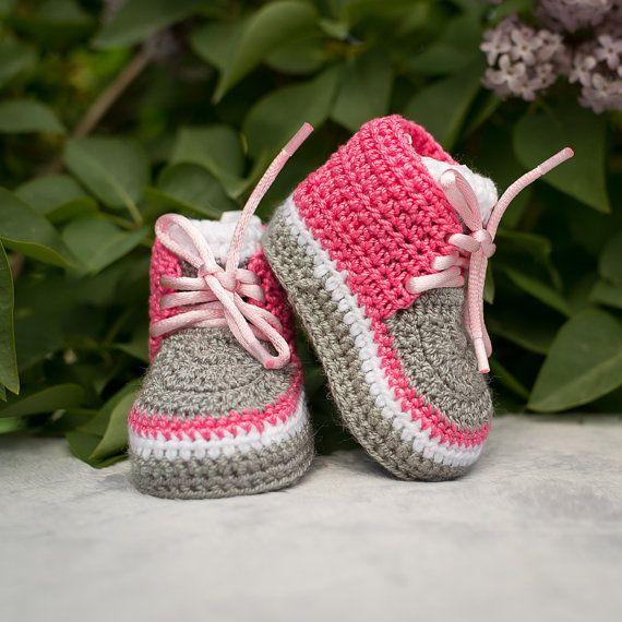 Bebé niña zapatos, zapatos de primavera de bebita, primavera niña zapatos, zapatos de niña, Crochet niña zapatillas de deporte, ganchillo rosa zapatillas, zapatos de la muchacha de rosa bebé Botitas de bebé de ganchillo hecho a mano mantendrá los pies del bebé poco acogedor y cálido. Botitas de bebé parecen hermosos y son muy cómodas. Descansar una que tu niña será muy feliz de usarlos.  Estos botines están disponibles en una variedad de combinaciones de color! Sólo me un mensaje con su…