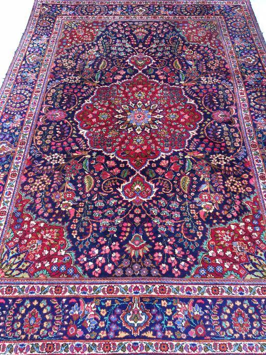 Provincie Tabriz  Gemaakt in Iran.  Beste hooglandwol, rond 1990  120.000 knopen per vierkante meter  Afmetingen van het tapijt zijn 210 x 305 cm   Met echtheidscertificaat.   Het tapijt is gebruikt maar in algehele goede staat.   Aangetekende en verzekerde verzending.