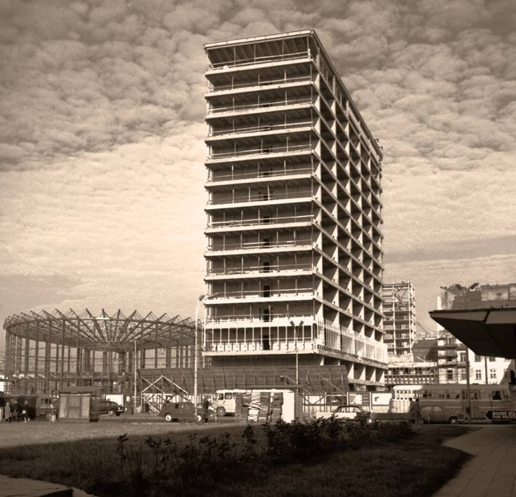 Warszawa, budowa biurowca Universalu i Rotundy (1964)