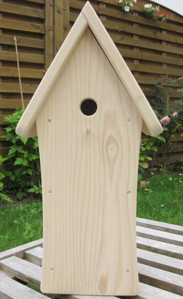 Qualitativ hochwertig gearbeitetes Vogelhäuschen als Nistkasten für Meisen geeignet.  Das Dach kann zum Reinigen des Nistbereiches abgenommen werden.