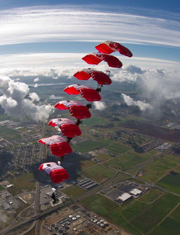 Empilage à huit des Skyhawks au-dessus de Perris Valley, en Californie.