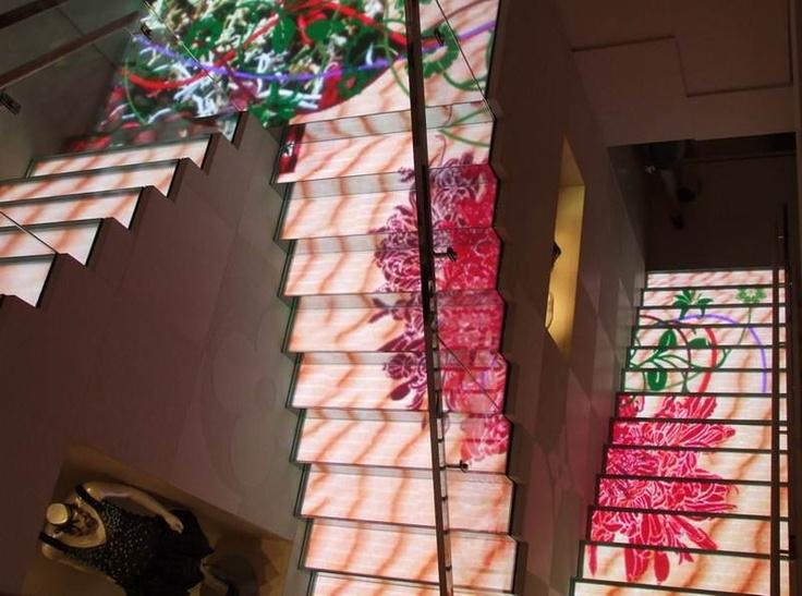 루이뷔통 매장에 설치된 고해상도 LED 디지털 계단[Case by Yaham]