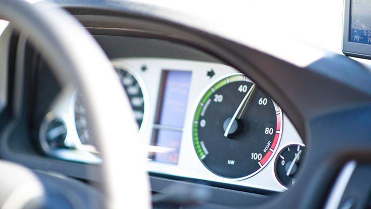 El proyecto 'Motor de hidrógeno a partir de agua' busca que los vehículos que usan gasolina, diésel o gas LP funcionen con hidrógeno al 100% para reducir la contaminación.
