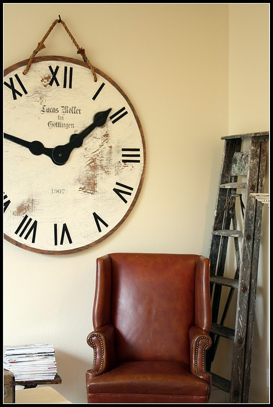 clock made out of an old table top.... I must try this with my old round table.