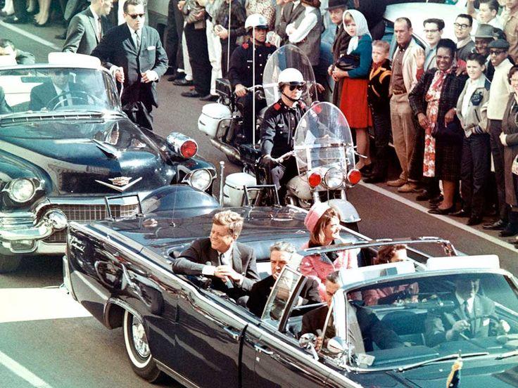 O atirador Lee Harvey Oswald foi apontado como o único responsável pelo crime, mas várias teorias da conspiração afirmam que ele não teria sido o único responsável
