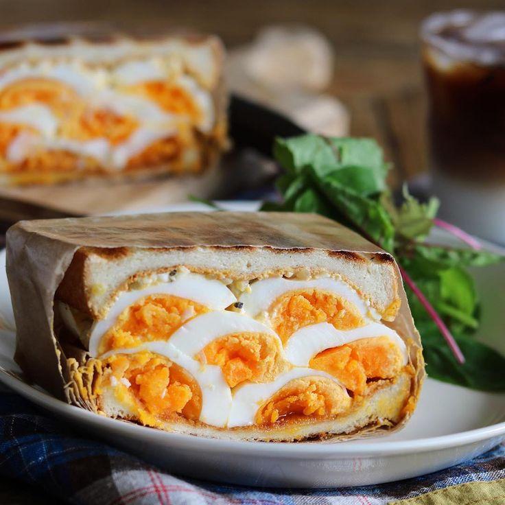 """みなさんは、「デビルサンド」をご存じですか?""""悪魔のサンドイッチ""""とも呼ばれる、卵がギュッと挟まったボリューム満点のサンドイッチです。今回はデビルサンドの魅力と作り方やアイデアレシピをご紹介します。あなたもぜひ、作ってみてはいかが?"""
