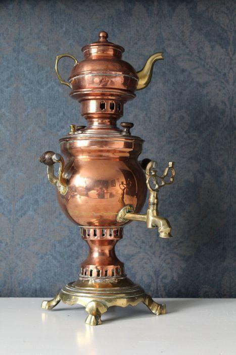 Zeer mooie Turkse waterkoker / samowar* in rood en geel koper. Gemaakt in Turkije, laat 19e eeuw Keteltje is voorzien van een (gedeeltelijke) stempel, Istanbul In nette staat, echter één van de pootjes staat wat hoger, daardoor staat hij niet helemaal stabiel. Maar wellicht makkelijk te verhelpen Verder in nette staat met lichte gebruikssporen, zie foto's  Hoogte geheel: ca 44 cm ca 1,7 kg  * Een samowar, samovar, samovaar, samowaar (Russisch: самова́р; samovar, beluister de Russische…