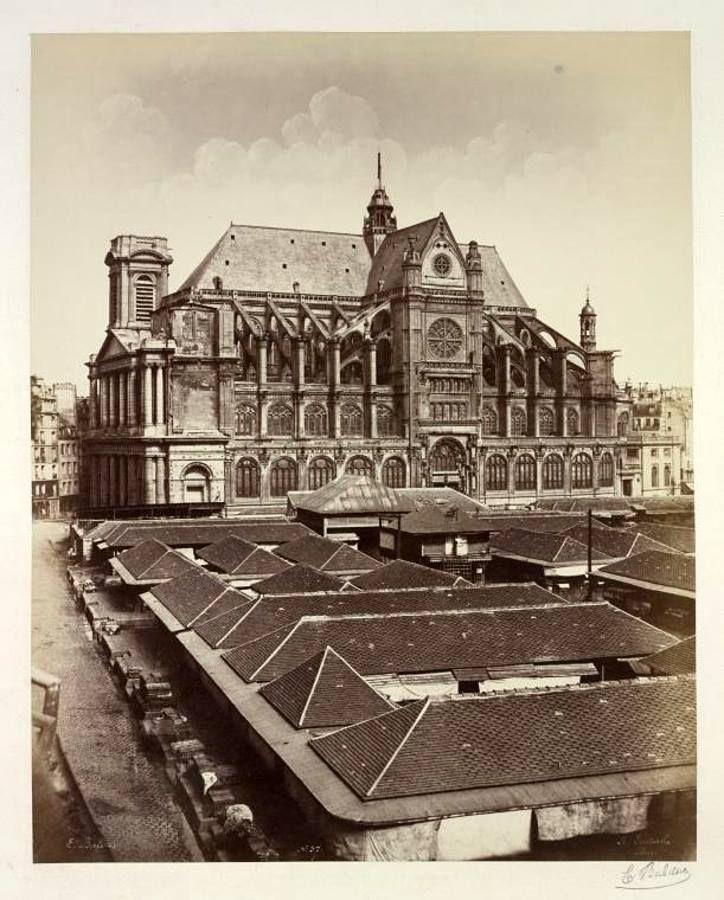 """Voici une photo très rare, sans doute la plus ancienne de l'Église Saint-Eustache, puisqu'elle date de 1852 ou 1853. Mais cette photo d'Edouard-Denis Baldus montre surtout, au 1er plan, les anciennes halles avant leur destruction, et la construction ici-même des fameuses """"Halles de Paris"""" de Baltard, à partir de 1854."""