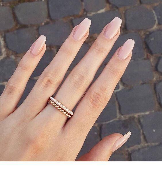 Nackte Nägel und schöner Ring – Schmuck