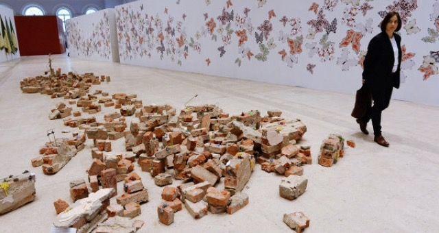 """Рубрика: """"Современное искусство-крыша едет, дом стоит""""   Катрин де Зегер наполнила экспозицию множеством занятных, красивых и фантастических объектов, разглядывать которые можно чуть ли не часами зрителям абсолютно всех возрастов. Интересно, это только для меня груда старых кирпичей😹😹"""
